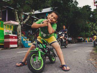 Jongen op een fiets - Artyom PJ