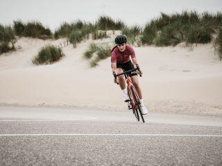 Dame op een fiets - Coen van den Broek