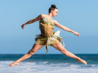 Dansende vrouw aan het water - David Hoffman